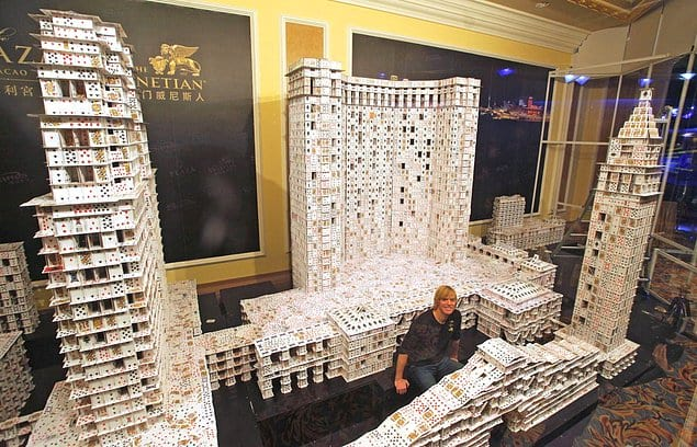Этот американец построил самый большой карточный дом и попал в Книгу рекордов Гиннесса
