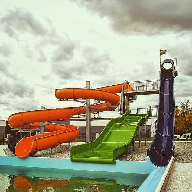Горки в новом аквапарке в городе Богатыня, Польша