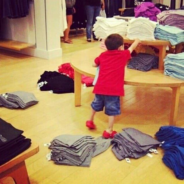 Хуже, чем этот ребенок, только его родители, которые позволяют ему себя так вести