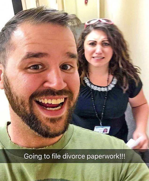 «Идем подавать на развод!» Похоже, это самый счастливый день в жизни этого парня!