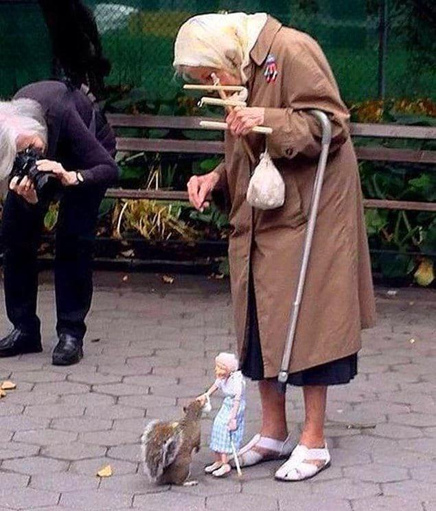 Кукольник Рики Сайерс сделал для этой пожилой леди марионетку, чтобы она могла кормить белок в парке. Запредельно мило
