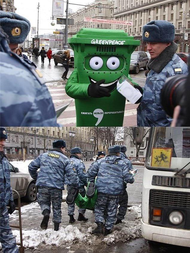 Наверное, на переработку несут. А вообще подходить к полицейским в костюме мусорки — так себе идея, сами понимаете