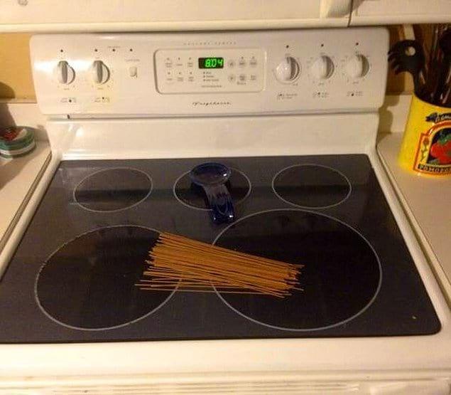 """""""Она сказала поставить спагетти на плиту. Я послушался"""""""