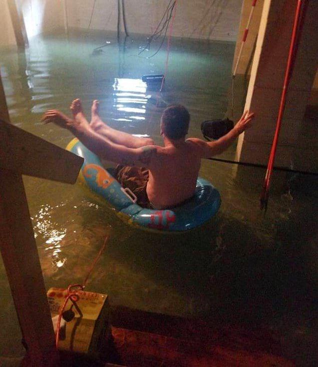 «Подвал моего соседа затопило, и он решил повернуть ситуацию в свою пользу». Подумаешь, провода.