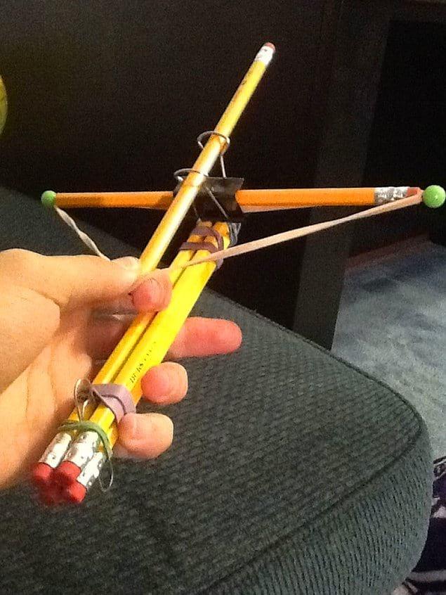 Самодельный лук из карандашей. А как вы развлекаетесь на работе и/или учебе?