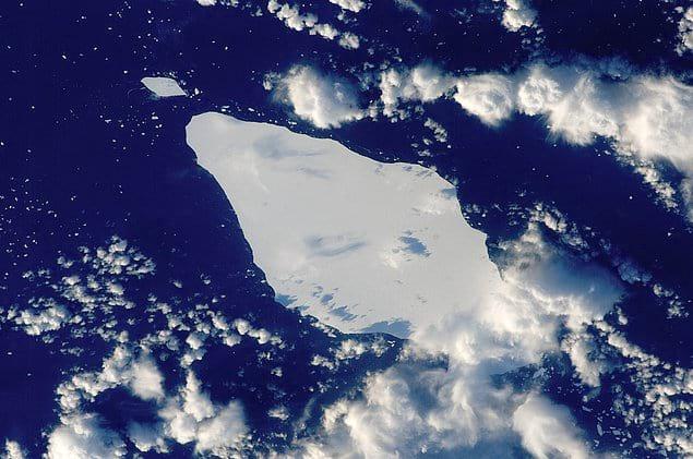 Собственно, были похожие, а именно ледяной остров Победа - один из известных примеров подобных ледяных формирований.