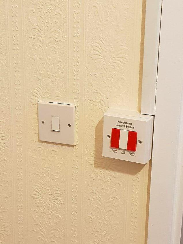 Выключатель света для туалета и кнопка пожарной сигнализации расположены рядом. И это в доме для престарелых…