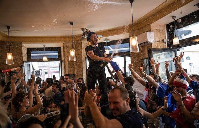 Болельщики празднуют победу Франции на чемпионате мира.