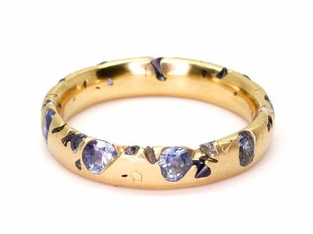 Это обручальное кольцо сделает счастливым того, кто хочет добавить немного красок: