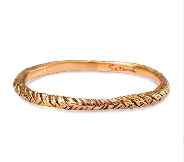 Это узорное обручальное кольцо выполнено вручную: