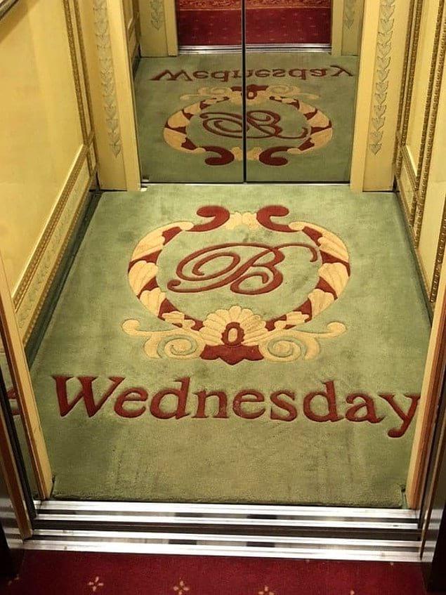 Этот отель меняет коврик в лифте, чтобы вы точно знали, какой сегодня день. Мелочь, а приятно.