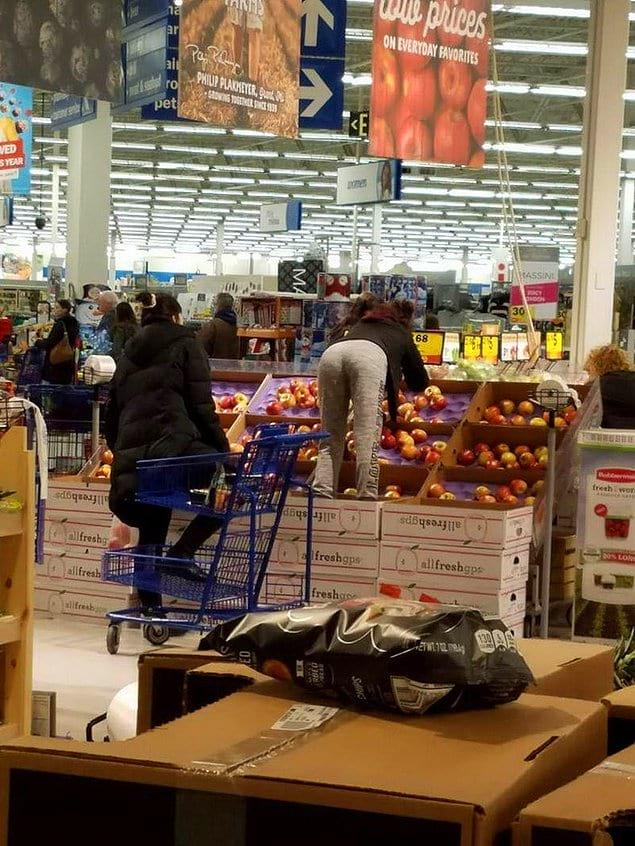 И как теперь после этой женщины покупать фрукты? 😡
