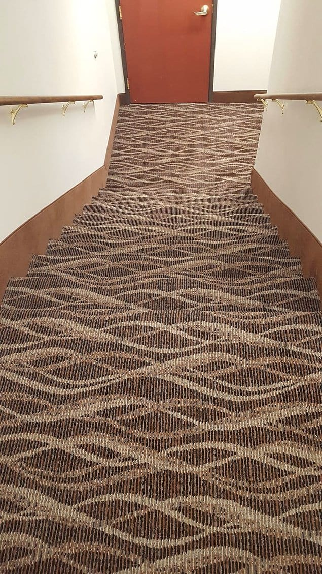 И кто выбирает ковролин для этих лестниц?