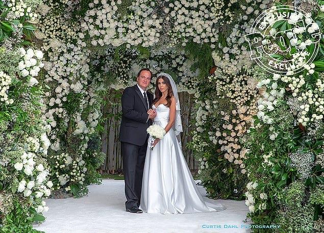 И вот сегодня 55-летний режиссер покинул ряды холостяков и женился на 35-летней модели, с которой они встречались уже 9 лет. Свадьба прошла в его доме в Лос-Анджелесе.