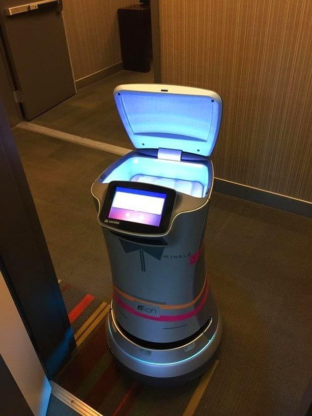 Мечта интроверта-путешественника: такой робот доставляет гостям все, что они пожелают, от орешков до туалетной бумаги. И ни с кем не нужно разговаривать!