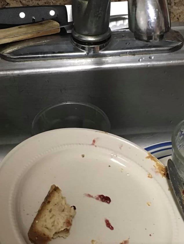 """""""Мой муж постоянно жалуется, что у нас забивается сток. Хм, дорогой, даже не знаю, может это потому что ты постоянно ставишь тарелки с едой в раковину???"""""""