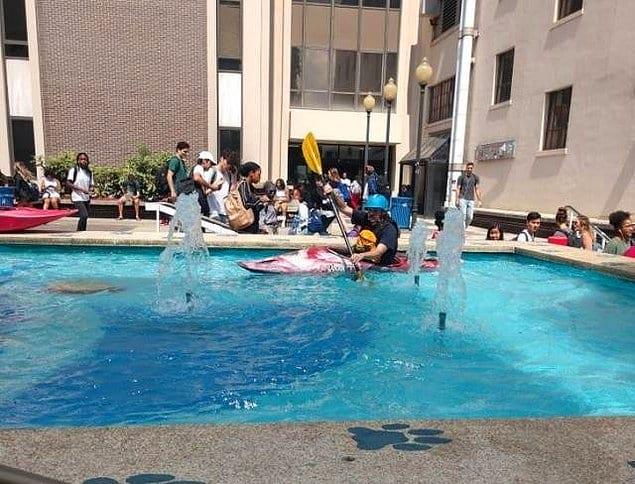 Нигде же не написано, что плавать на каноэ в фонтане запрещено 😜