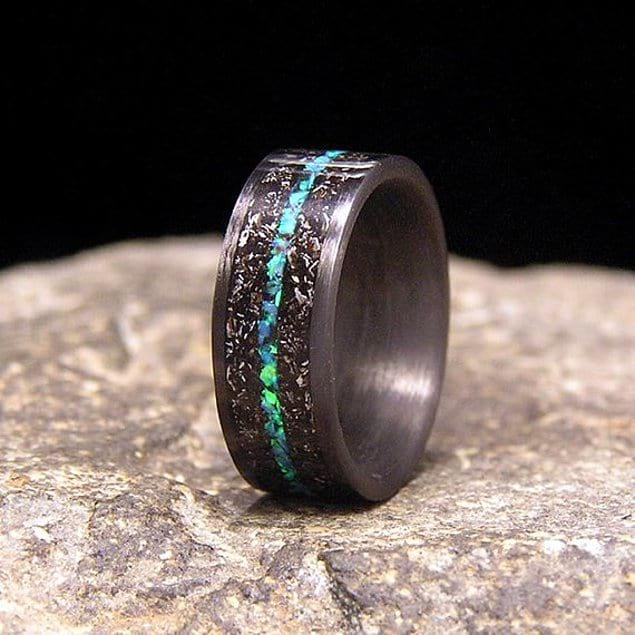 Обручальные кольца, украшенные метеорными камнями, увенчают ваш брак успехом: