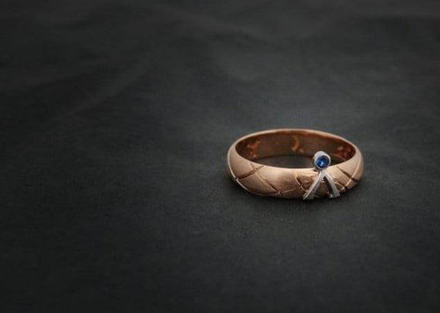 Пара, познакомившаяся на фильме «Звездные врата», заказала себе кольца с таким дизайном: