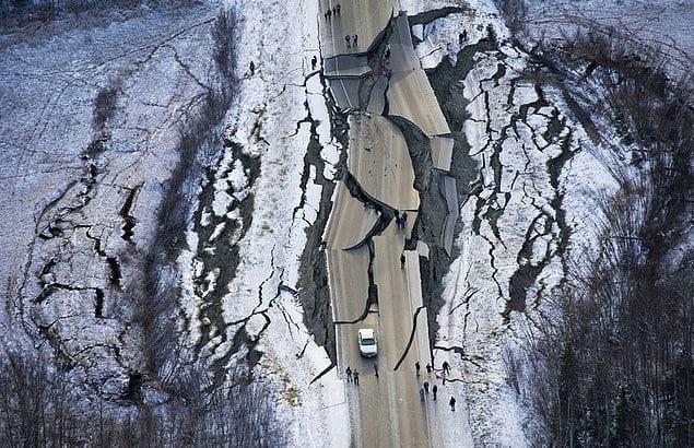 Разрушенная землетрясением дорога, Аляска.