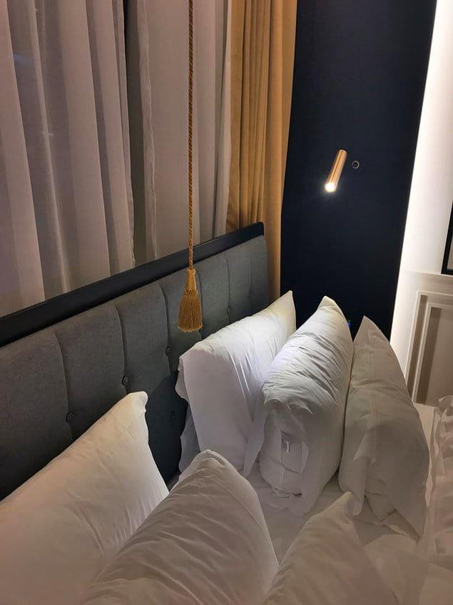 """С помощью этого """"девайса"""" можно включить/выключить весь свет в номере, не вставая с постели."""