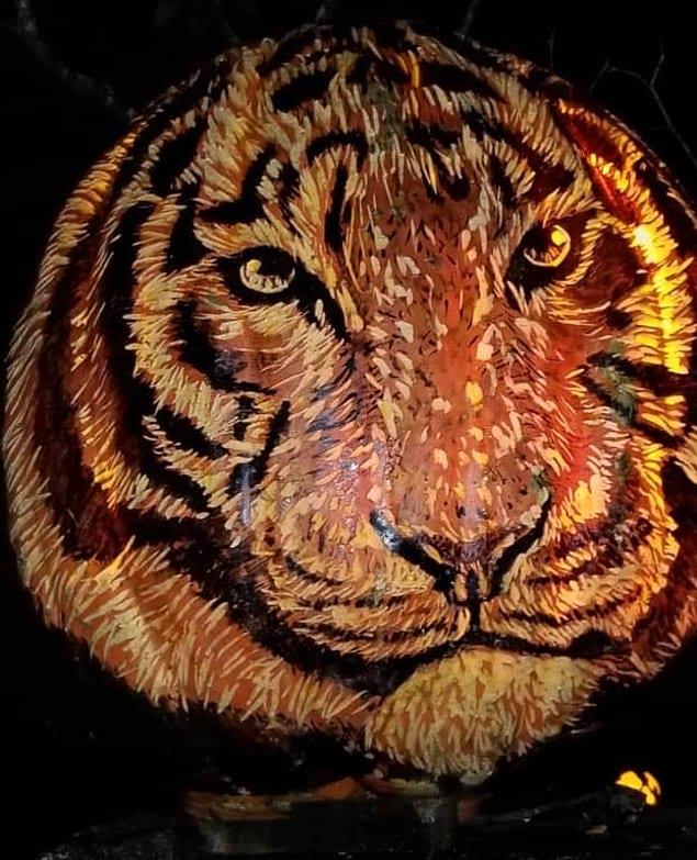 Сложно поверить в то, что эта потрясающая скульптура тигра сделана из... тыквы!