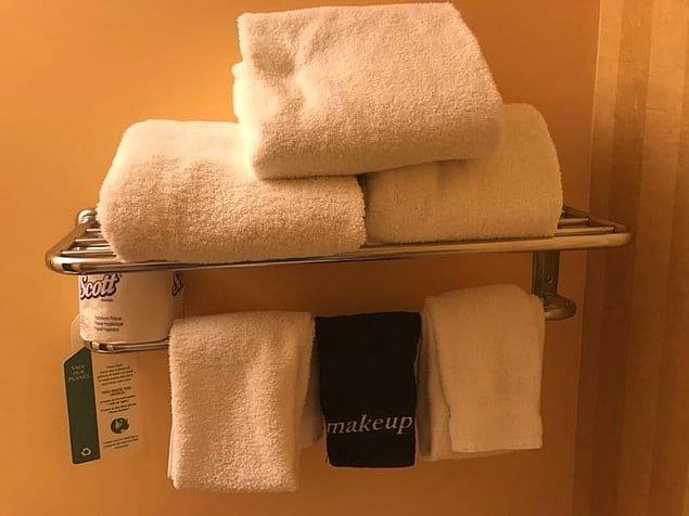 Специальное полотенце для снятия макияжа. Удачный цвет!