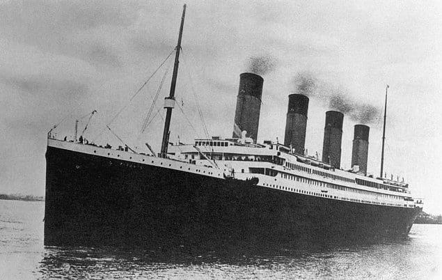 Титаник был самым большим пассажирским судном своего времени и перевозил на борту 2 208 пассажиров.