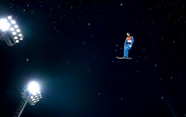 Украинский атлет Александр Абраменко во время его победного прыжка на Олимпийских играх в Пхёнчхане.