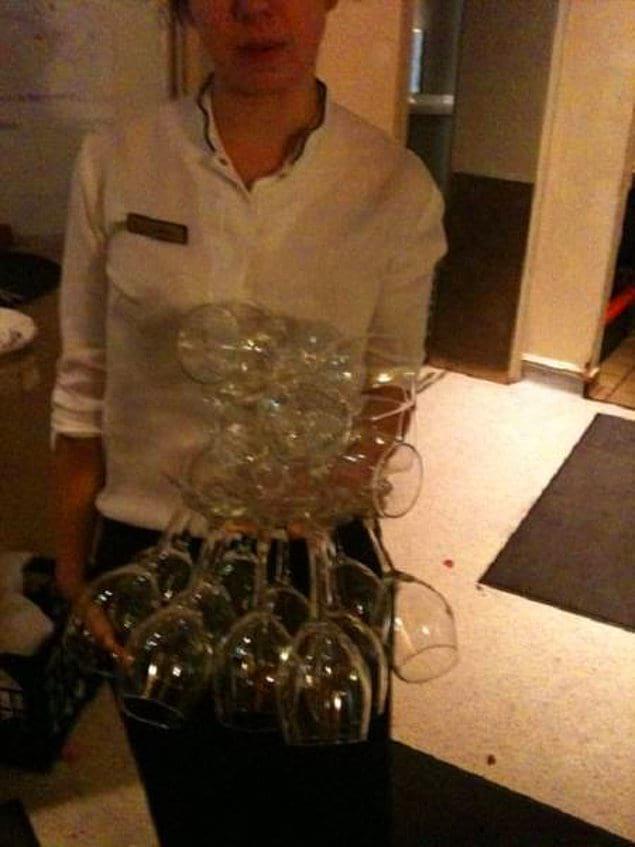 «Я могу держать около 20 бокалов для вина в одной руке»