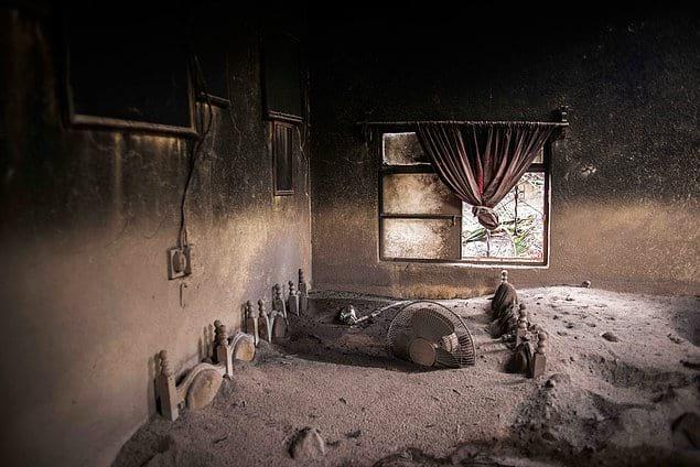 Засыпанный вулканическим пеплом дом в Гватемале.