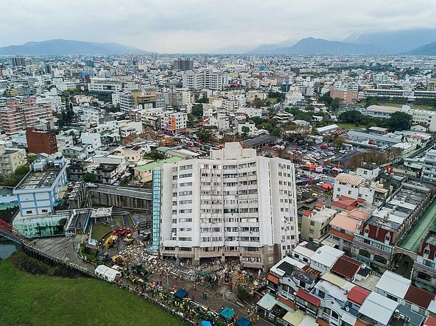 Здание, разрушенное вследствие землетрясения в городе Хуалянь, Тайвань.