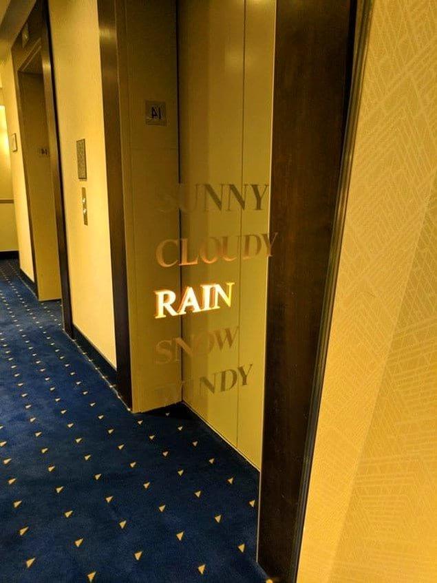 Зеркало в холле отеля, показывающее погоду. Интересно, а зонтики на ресепшен выдают? Сегодня идет дождь!