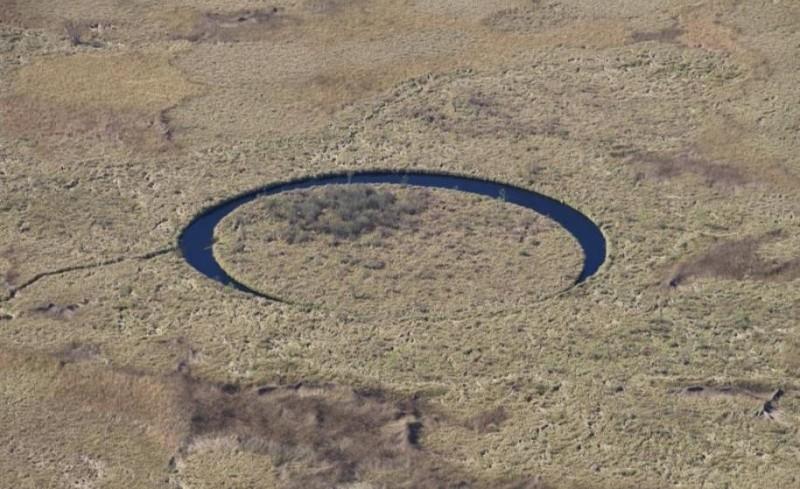 Идеально круглое озеро с плавающим островом будоражит умы ученых