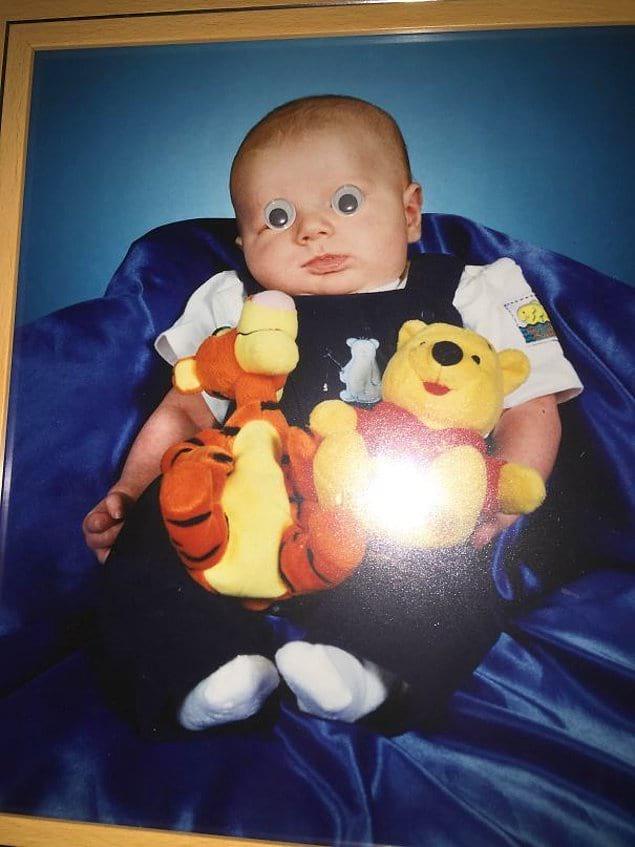 «5 лет назад я приклеил мультяшные глаза на фото своего брата, где он маленький. Никто так ничего и не заметил»
