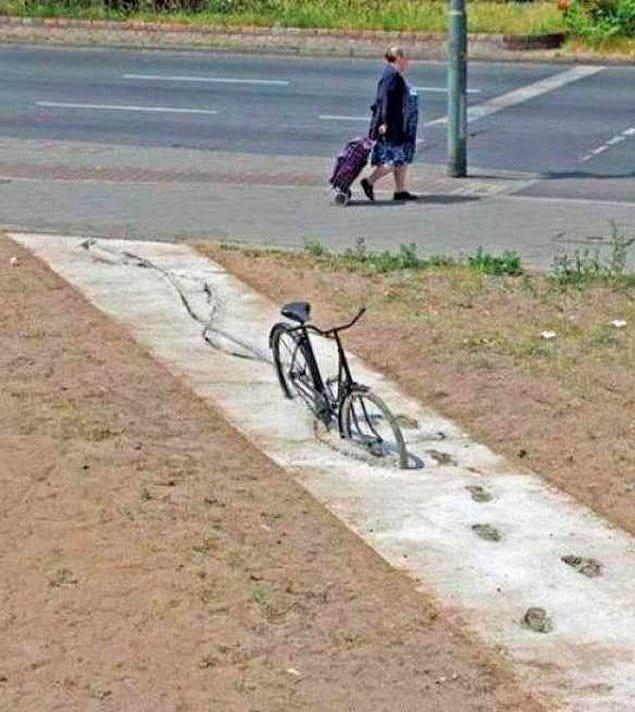 Бедный бедный велосипед затянуло в опасную трясину!