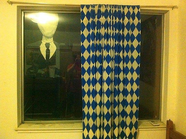«Брат прикрепил эту жуть на окно в моей комнате. Я чуть не обделался от страха, когда зашел»