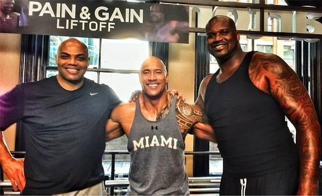 Дуэйн Джонсон при своем весе 120 кг и росте 195 см стоит рядом с игроками НБА.