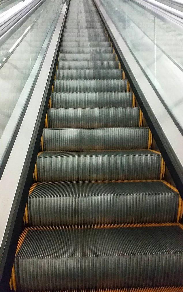 Эскалатор гораздо грязнее с той стороны, где люди поднимаются, чем с той, где люди стоят