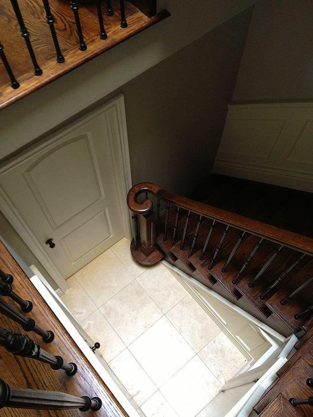 Эта лестница в подвал как бы намекает, что жизнь вообще сложная штука