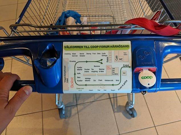 Этот человек побывал в супермаркете в Швеции, и на тележках были изображения карты магазина