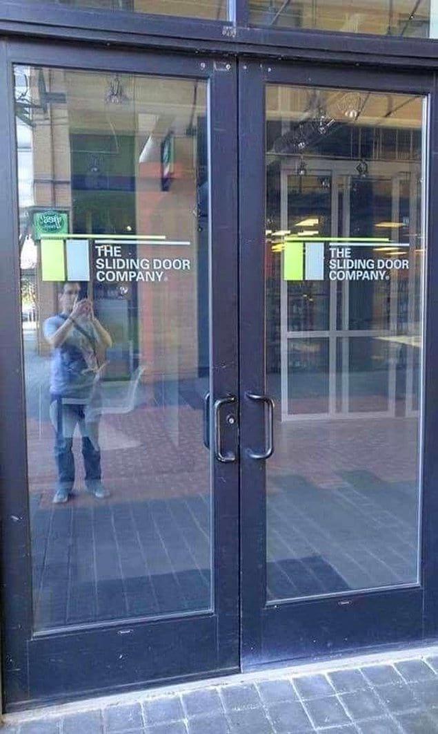 Громкие аплодисменты человеку, который заказал такие двери на вход в компанию по производству раздвижных дверей.