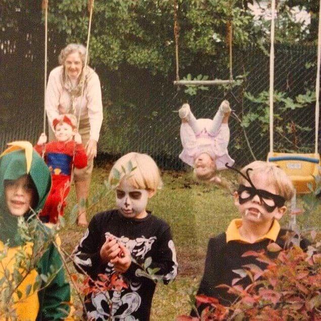 """""""Хэллоуин 1989 года. Я справа, а вот у моей сестренки на заднем плане большие проблемы"""""""