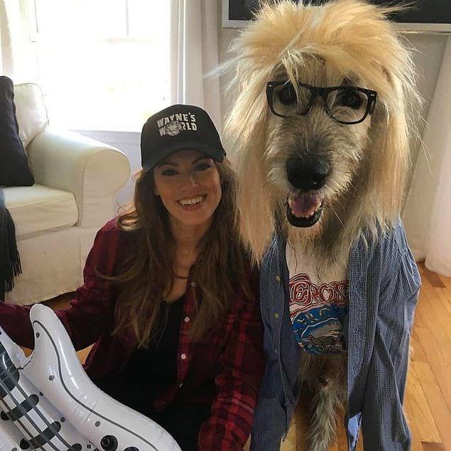 """Хозяйка и ее собака нарядились персонажами фильма """"Мир Уэйн"""" для празднования Хэллоуина."""
