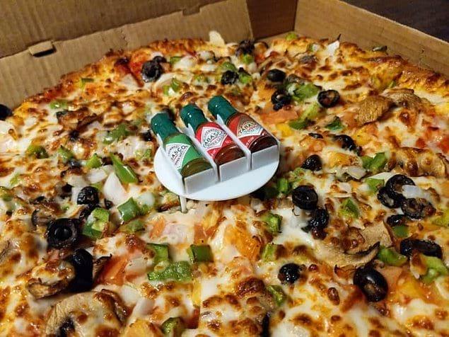 Как нельзя кстати: ужасно милый мини-поднос с соусами в центре пиццы.