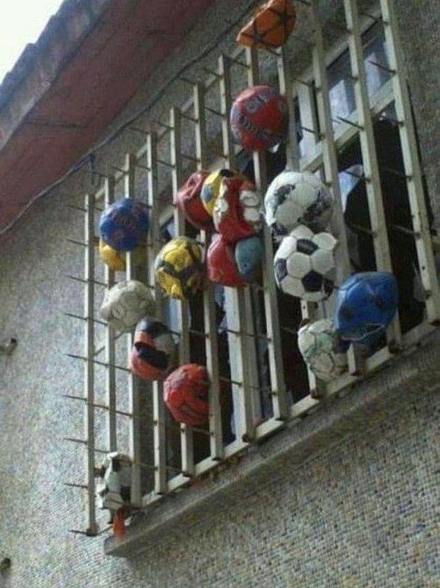 Кладбище футбольных мячиков