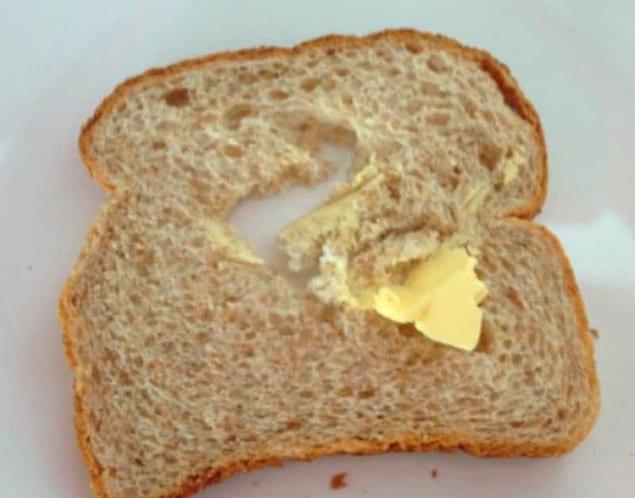 Когда пытаешься размазать масло из холодильника по мягкому хлебушку и в нем образуется дырка