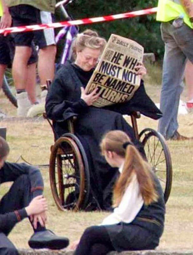 Мэгги Смит отдыхает от съемок. Удивительно, что она нашла в себе силы сниматься в фильме, ведь актриса в это время проходила курс химиотерапии