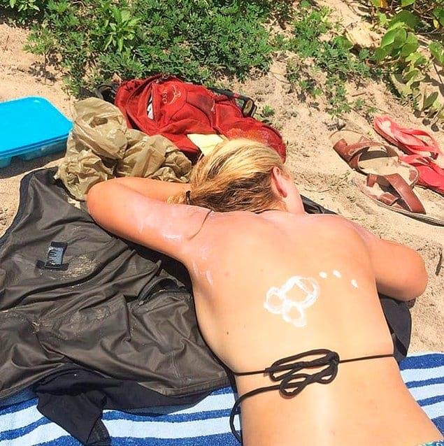 Милый, помажь мне спинку солнцезащитным кремом!