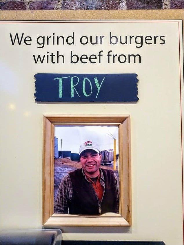 """""""Мы делаем наши бургеры с мясом из Троя!"""" Бедный Трой"""